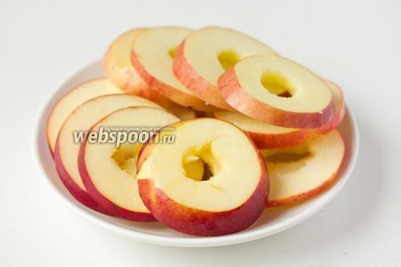 Яблоки моем, вырезаем сердцевину и нарезаем кольцами.