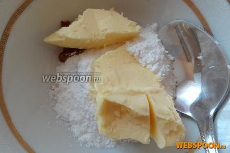 Для крема немного растапливаем шоколад на водяной бане или в микроволновой печи и смешиваем с маслом и сахарной пудрой.