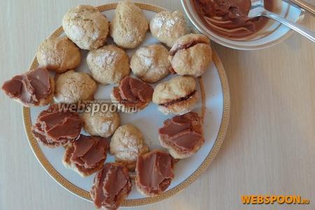 Половину печенья смазываем кремом и попарно склеиваем.