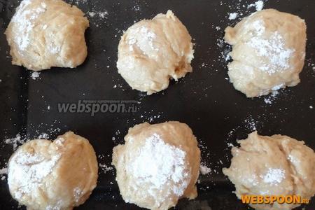 Придаём будущему печенью более ровную форму: чайную ложку окунаем в сахарную пудру и прихлопываем по поверхности (из-за этого корочка будет немного хрустеть, а внутри тесто будет мягким).
