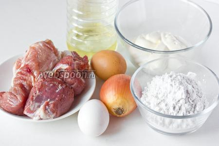 Для приготовления оладий из свинины нам понадобится свиная мякоть, крахмал картофельный, яйца, репчатый лук, майонез, соль, чёрный молотый перец, масло подсолнечное рафинированное.