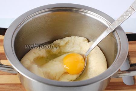 В заваренную муку вмешивать по очереди яйца. Следующее яйцо вмешивать тогда, когда  полностью вмешается предыдущее.