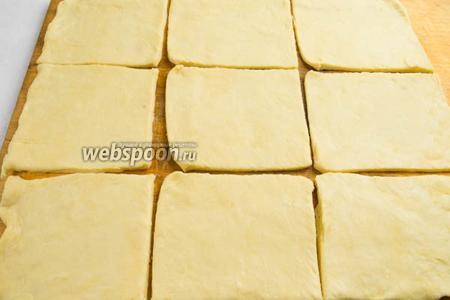 Тесто разделить на 2 части. Каждую из них раскатать в прямоугольник. Разрезать на квадраты размером 10х10 см.