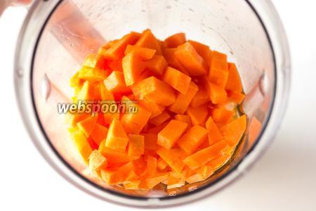 Высыпаем нарезанную морковь и выливаем подсолнечное рафинированное масло.