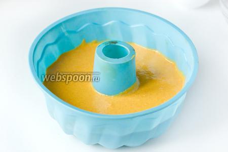 Выливаем тесто в форму для выпечки. Я использовала силиконовую, поэтому ничем не смазывала.