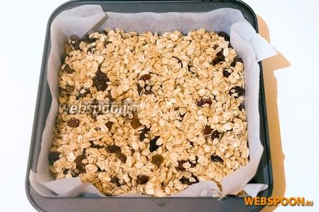Смажьте форму оливковым маслом (у меня 20х20) и выложите смесь. Разровняйте верхний слой, немного надавливая.