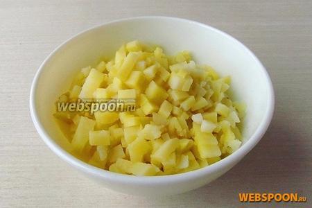 Картофель в кожуре тщательно вымыть, залить горячей водой, посолить, отварить до мягкости, обсушить и остудить, а затем нарезать мелкими кубиками.