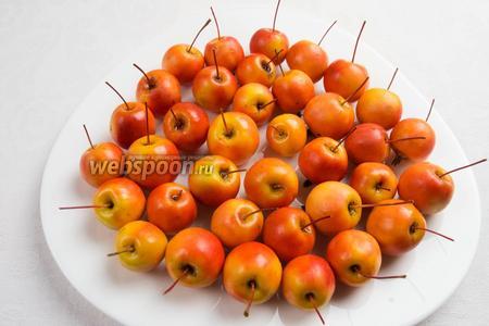 Яблочки с хвостиком 1 кг вымыть в проточной воде, используя щётку, обрезать цветоложе, у цветоножки оставить 2/3 длины.