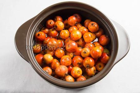Райские яблочки с хвостиком залить тёплым сиропом. Оставить настояться. После того, как сироп остынет, поставить на медленный огонь, довести до кипения. Варить не более 10 минут.