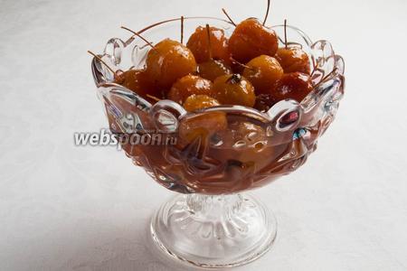Подавать варенье из райских яблок с хвостиками целиком к чаю. Плодами яблочек можно украшать десерты, торты.