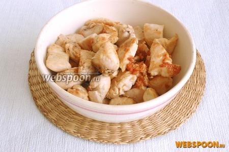 Куриное филе промыть, зачистить от плёнок, нарезать кубиками примерно 2х2 см. На сковородке с толстым дном распустить сливочное масло, добавить растительное масло. Обжарить до лёгкого румянца мясо, выложить его в отдельную миску.