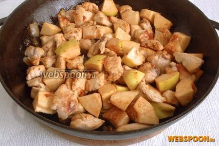 На сковороду к обжаренному луку добавить жидкость и коричневый сахар, выпаривать 1-2 минуты. Добавить мясо и айву, посолить, положить тмин. Перемешать и томить под крышкой на слабом огне до мягкости айвы.