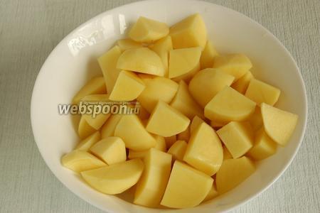 Картофель вымыть, почистить от кожуры, нарезать кусочками. Залить горячей водой, чтобы покрыть картофель, посолить и отваривать до готовности.