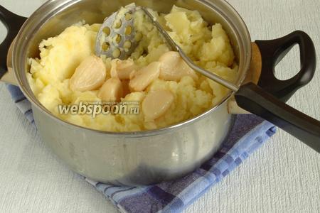 Из готового картофеля приготовить пюре, добавив сливочное масло и сливки. Добавить мякоть печёного чеснока в готовое пюре, потолочь всё вместе. Попробовать на соль, при необходимости досолить.