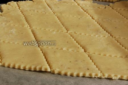 Раскатать тесто толщиной около 2 мм на листе пергаментной бумаги. Разрезать на кусочки произвольного размера и формы.