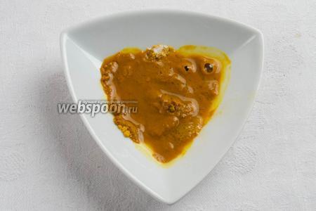 Молотый шафран залить 2 столовыми ложками горячей воды и оставить на 15 минут.