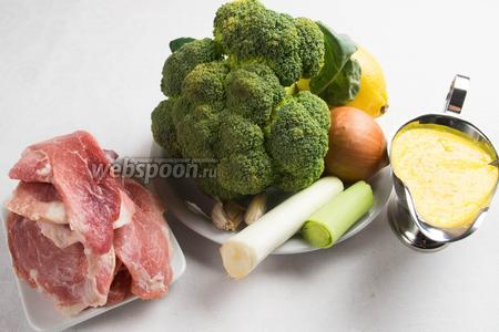 Чтобы приготовить блюдо, нужно взять свинину, лук репчатый, лук порей, специи, подсолнечное масло, капусту брокколи, пару долек лимона, шафрановый соус.