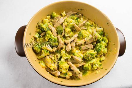 Готовое мясо с овощами подавать горячим. К блюду отдельно добавить шафрановый соус.