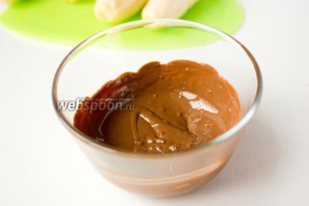 Шоколад растапливаем на водяной бане или в микроволновке.