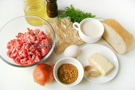 Для приготовления котлет из свинины с горчичным маслом нам понадобятся: свиной фарш, репчатый лук, куриное яйцо, панировочные сухари, молоко, белый хлеб, сливочное масло, чеснок, готовая горчица в зёрнах (француская), свежие петрушка и укроп, масло подсолнечное рафинированное, соль и чёрный молотый перец.