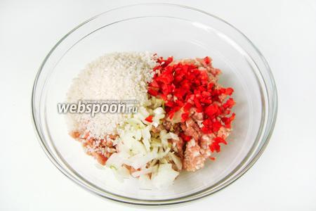 Смешиваем свиной фарш, сырой рис, измельчённый сладкий перец, чеснок и репчатый лук.