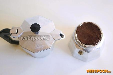 Приготовьте кофе: я готовила в специальной гейзерной кофеварке, но вы можете воспользоваться любым методом — туркой или электрической кофеваркой.