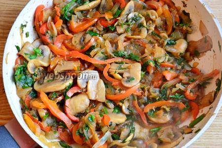 Обжариваем грибы, лук и перец до готовности. В конце заливаем оставшимся маринадом от рыбы и добавляем зелень.  Подаем овощи и рыбу на одной тарелке, полив гранатовым соусом или соком лимона. Приятного аппетита!