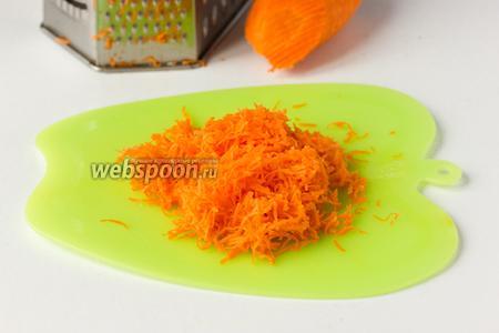 Немного моркови натираем на мелкой тёрке. Отжимаем 1 ст. л. морковного сока.