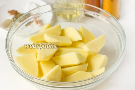 Картофель чистим, моем, нарезаем крупными ломтиками-дольками, тщательно просушиваем их бумажным полотенцем.