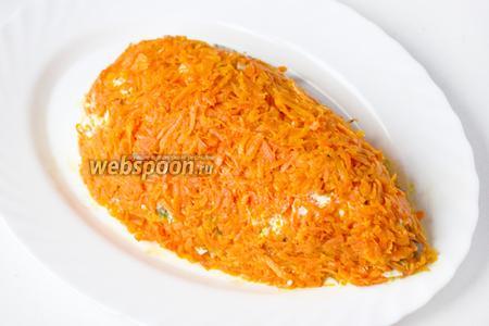 Следующий слой — измельчённые яйца, а на них выкладываем остывшую обжаренную морковь (стараясь оставить масло в сковороде), формируем «морковку» так, чтобы слой из моркови равномерно покрывал салат.
