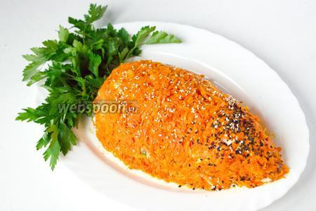 Посыпаем салат белым и чёрным кунжутом, делаем розетку листьев морковки из половины пучка петрушки и, дав салату настояться около 1 часа, подаём к столу!