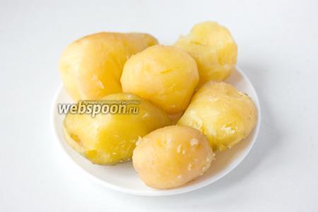 Отвариваем картофель, яйца, свиной язык (если у вас сырой, я стараюсь всегда отваривать заранее, так как он варится долго), чистим их.