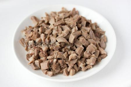 Свиной язык нарезаем мелкими кубиками.