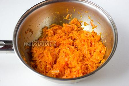 Морковь натираем на крупной тёрке и обжариваем до мягкости на подсолнечном рафинированном масле. Морковь ни в коем случае не должна начать зажариваться и тем более пригорать, она должна просто стать мягкой.