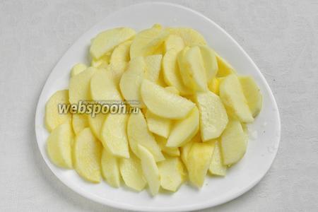 Готовим начинку: очистить яблоки, нарезать дольками, взбрызнуть лимонным соком.
