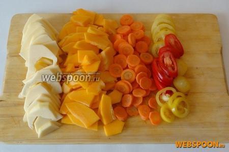 Патиссон и тыкву очищаем от кожицы и режем тонкими пластинками, морковь и помидоры — кружочками.