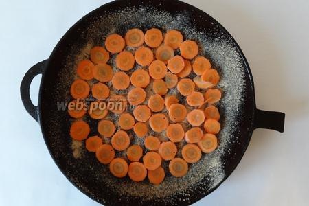 Смазываем форму маслом, посыпаем 1 ст. л. сухарей. Укладываем слой моркови. Этот слой самый тонкий.