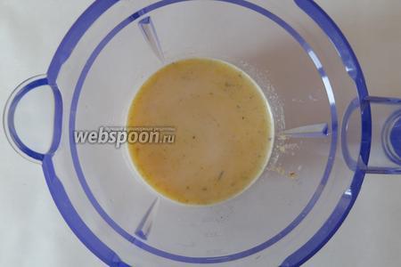 Взбиваем яйца с молоком, перцем, зеленью и 1 ст. л. сухарей.