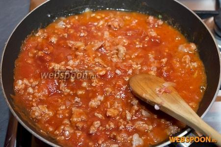Добавьте томатный соус. Лучше использовать не острый соус, чтобы он не перекрывал вкус сыра. Тушите при закрытой крышке, на малом огне, в течении часа. Если соус становится слишком густым, можете добавить немного воды.