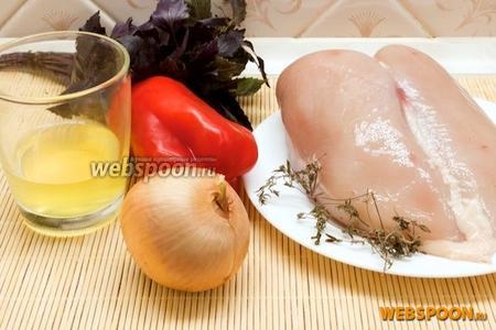 Подготовить основные продукты для приготовления террина: куриное филе, сладкий перец, лук, специи и белки 2 куриных яиц.