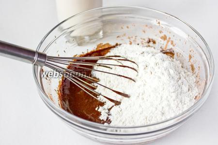 Всыпаем муку, смешанную с содой. Вымешиваем не тщательно, только слегка перемешиваем по возможности, так как масса на этом этапе густая.