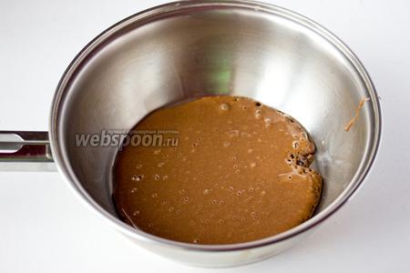Жарим кофейные блины на среднем огне. Наливаем на сковороду чуть меньше половника теста, когда блин покроется пузырьками и обжарится с нижней стороны — переворачиваем, доводим до готовности другую сторону.