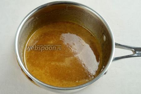 Карамель будет сильно пениться. Нужно всё время мешать. Когда пена начнет немного сходить, добавить 1 ст. л. лимонного сока. Варить карамель до тех пор, пока она не станет блестящей золотистого цвета.
