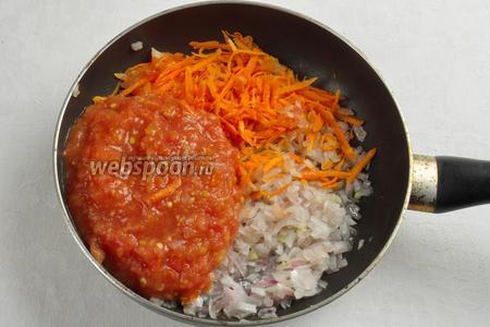 На сковороде спассеровать лук, добавить к нему морковь, тушить 5 минут, залить всё томатным соком. Добавить сахар. Тушить ещё 10 минут.