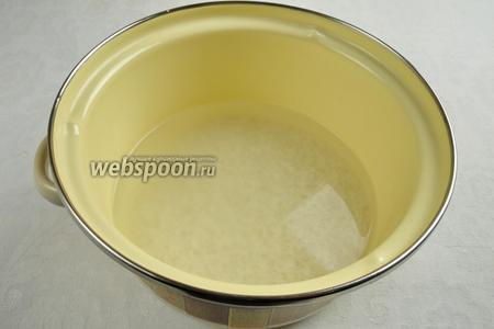 Рис промыть, залить холодной водой, посолить и варить до полуготовности.