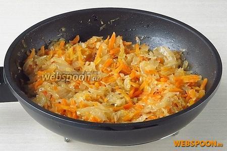 Овощи тушить до мягкости капусты, периодически подливая воду и растительное масло.