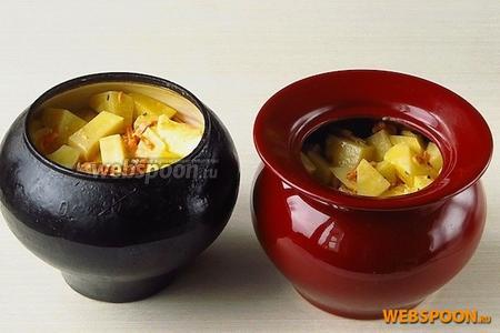 Картофель разложить в горшочки или, например, в чугунок, оставив сверху место для мяса.