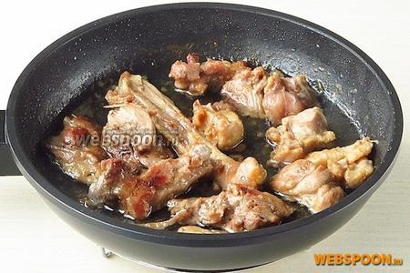 Вытапливать утку до тех пор, пока не выделится практически весь жир. Кусочки мяса должны подрумяниться.