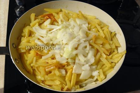 На раскаленной сковороде с большим количеством растительного масла (чтобы дно было закрыто), периодически помешивая, на сильном огне, обжарьте картофель до золотистой корочки. При этом сковорода должна быть закрыта крышкой. Примерно через 10 минут добавьте лук, посолите и перемешайте.