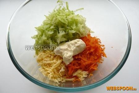 Сложите все ингредиенты в миску, посолите и перемешайте с майонезом (его можно заменить натуральным йогуртом или сметаной).